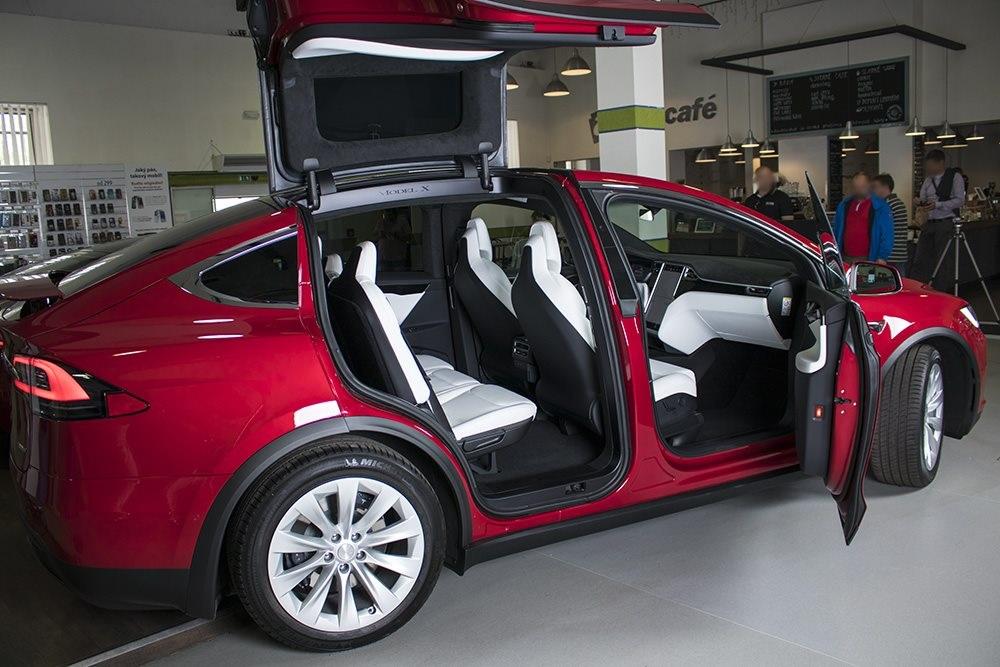 Elektrický automobil Tesla Model X, Falcon Wings