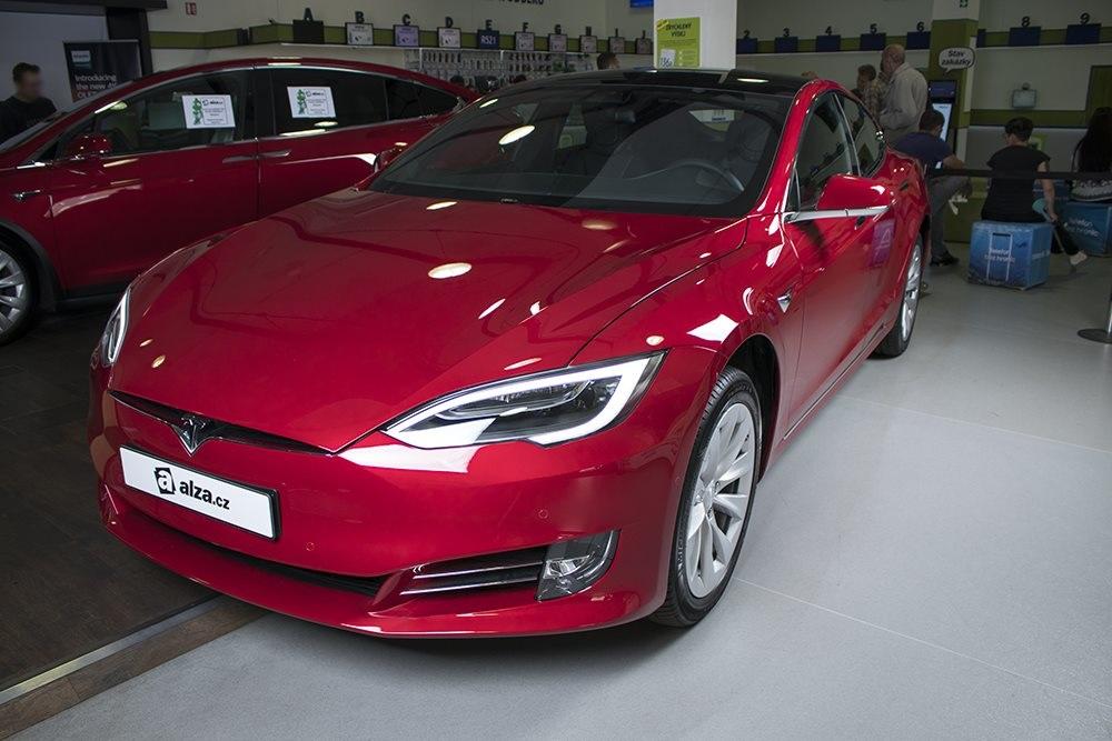 Elektrický automobil Tesla S, horní pohled