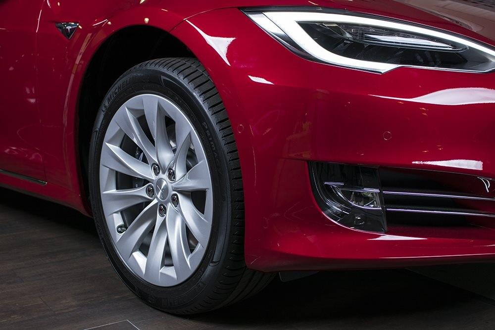 Tesla S 75 D; přední část