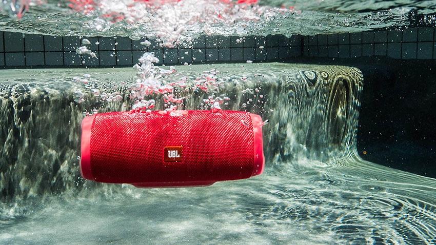 JBL Charge 3 pod vodou