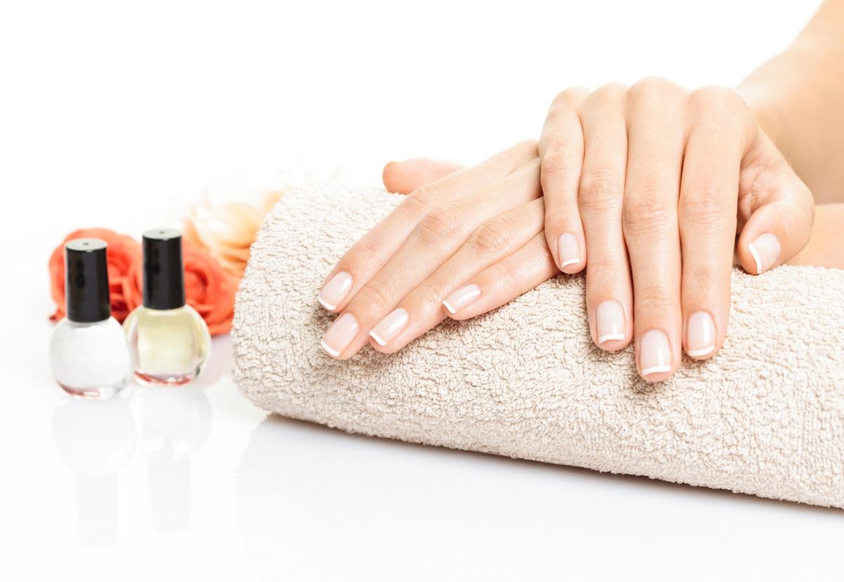5 tipů, jak si poradit s lámavými a roztřepenými nehty