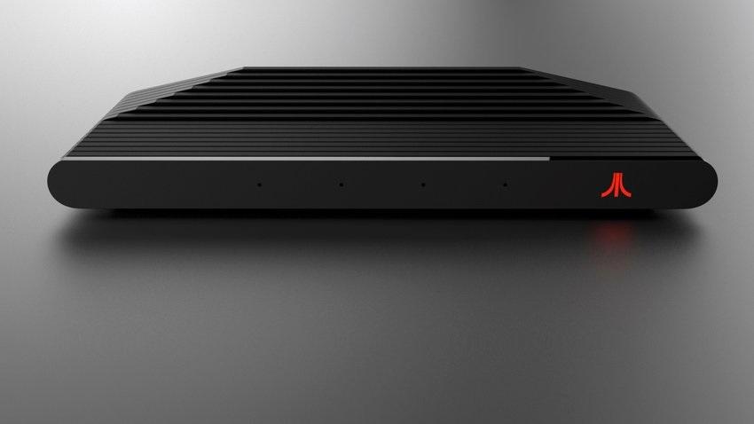 Čelní pohled na červený Atari VCS.
