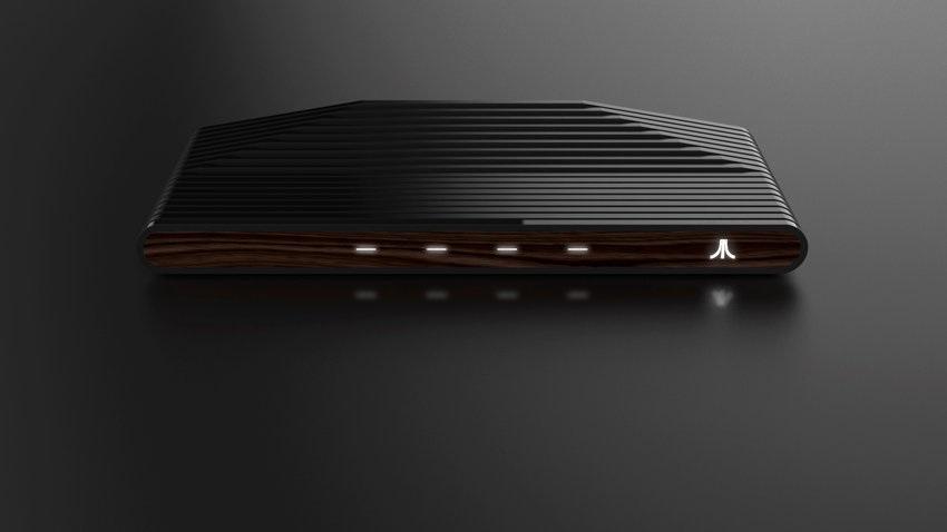 Čelní pohled na dřevný Atari VCS.
