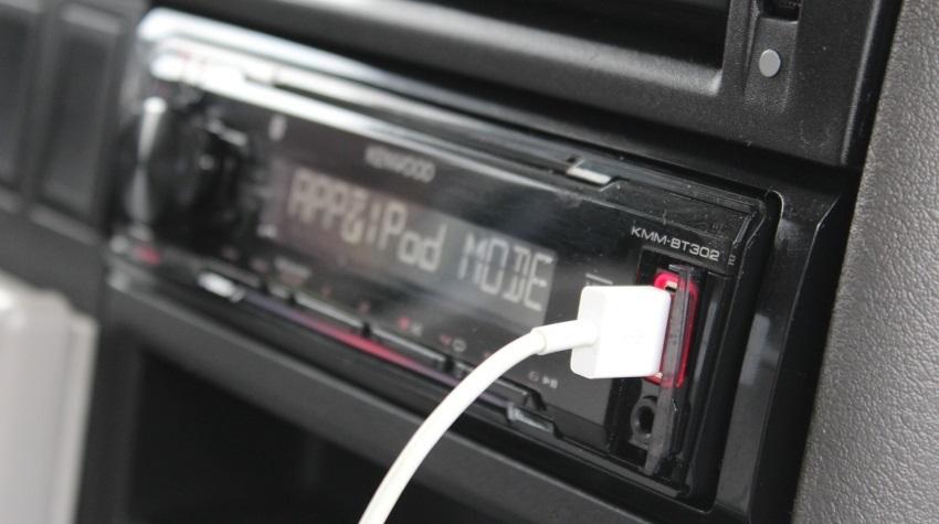 Autorádio s USB kabelem