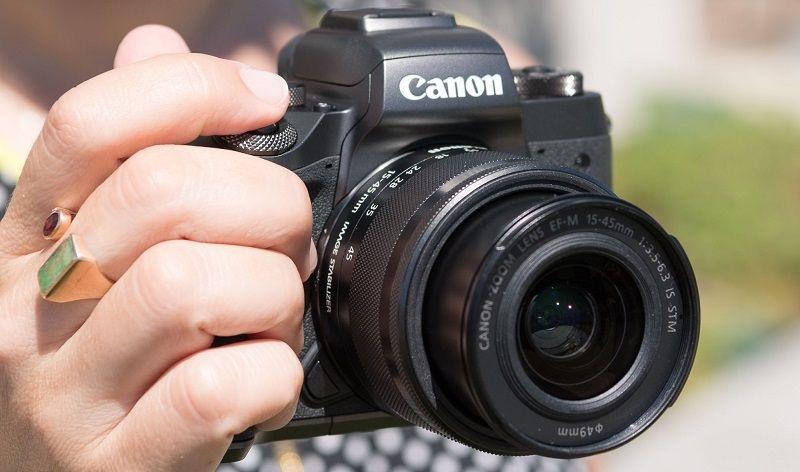 Canon EOS M5; kompaktní velikost akorát do ruky