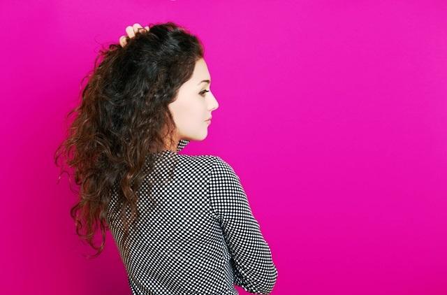 Dívka s vlnitými vlasy