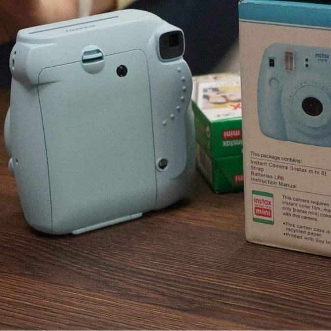 Fujifilm Instax Mini 8; fotoaparát; okamžité snímky; bílá