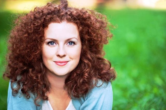 Žena s kudrnatými vlasy