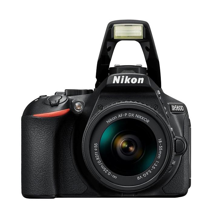 Nikon D5600 - s vyklopeným vestavěným bleskem