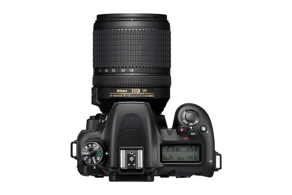 Nikon D7500, pohled shora