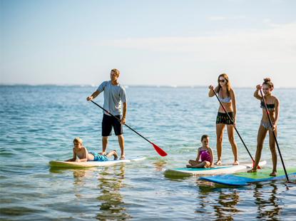 Rodina na paddleboardech