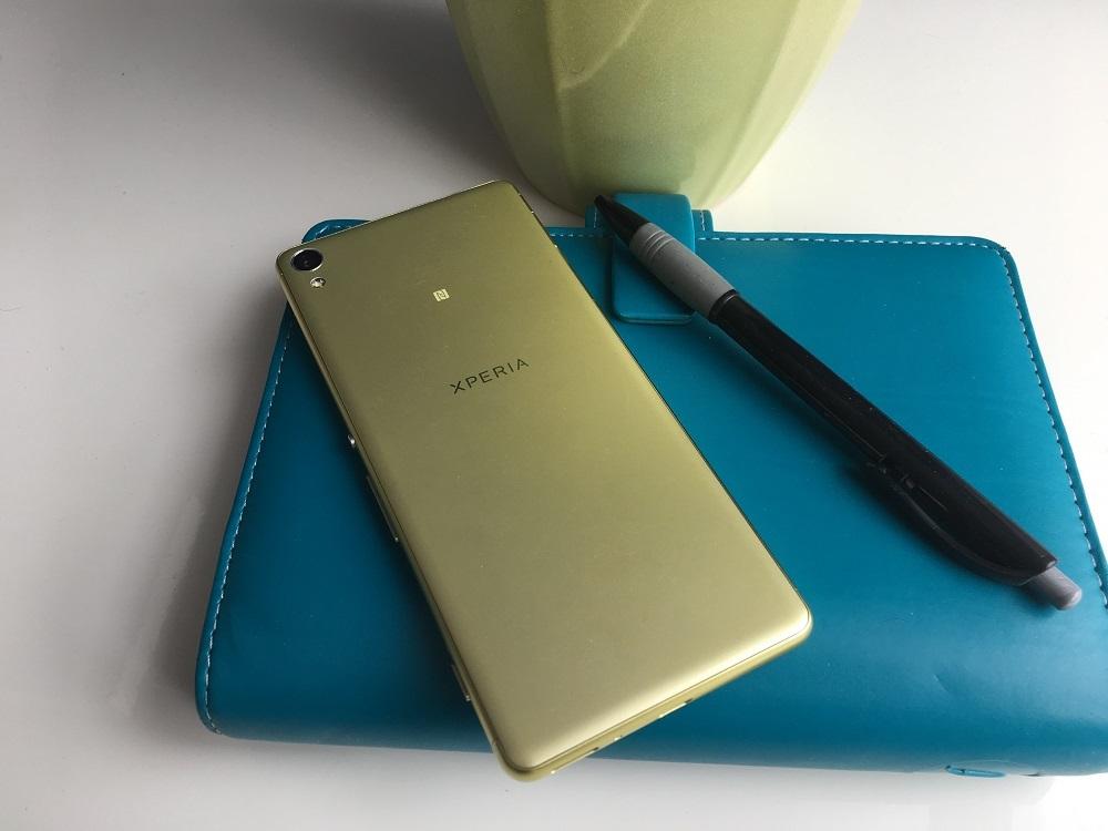 Sony Xperia XA, kovový telefon, záda telefonu