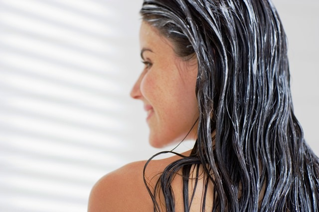 Ženy s aplikovanou vlasovou maskou
