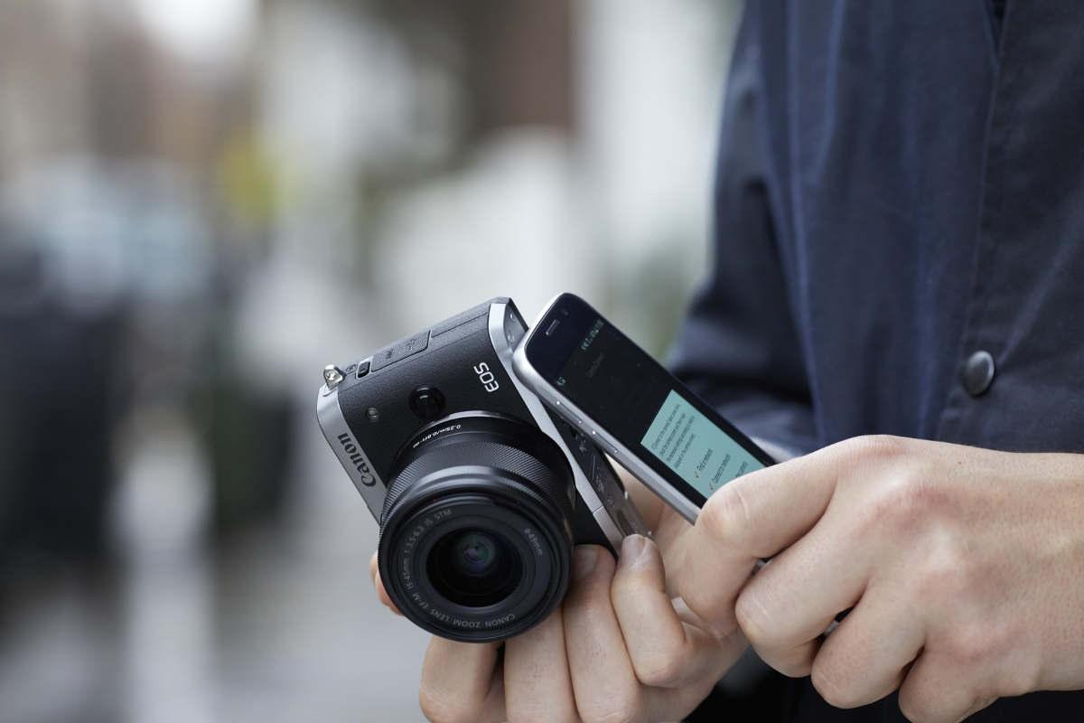 Canon EOS M100 fotoaparát; mobilní telefon