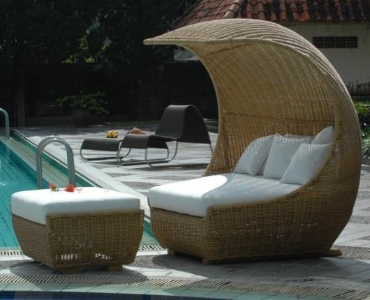 Ratanový nábytek u bazénu