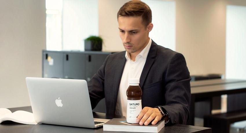 Saturo drink; kancelář; počítač;