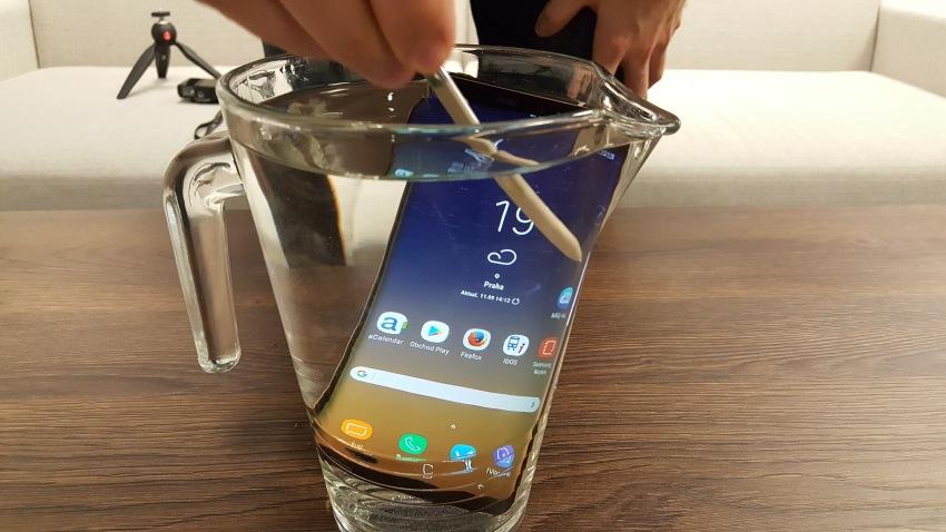 Samsung Galaxy Note8 ponořený do vody