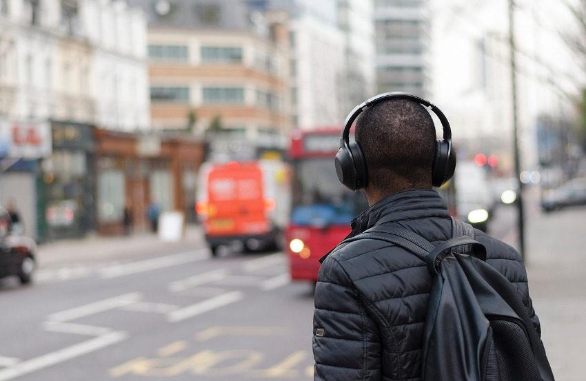 muž, sluchátka, město, audioknihy