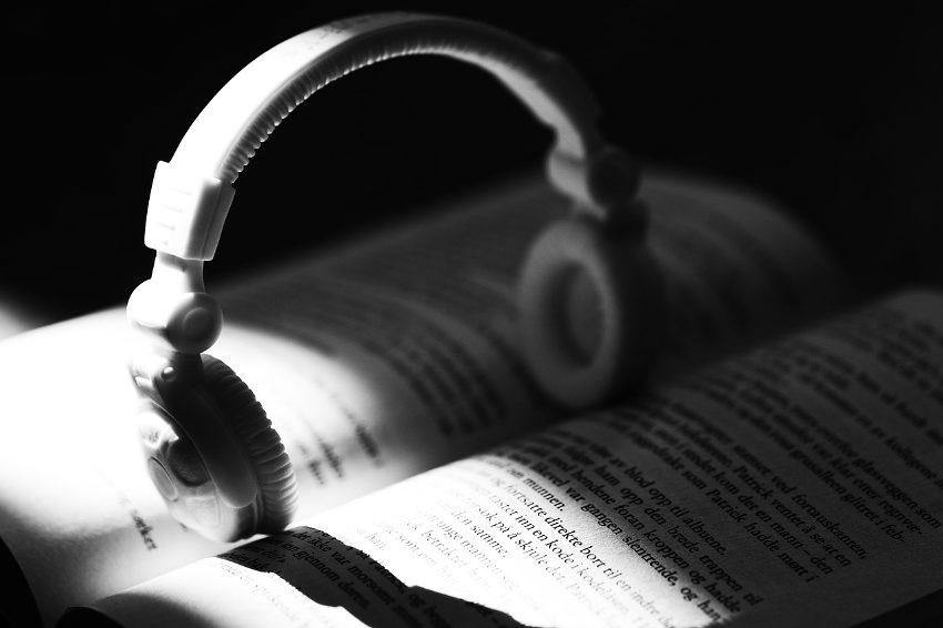 Audioknihy, sluchátka, kniha