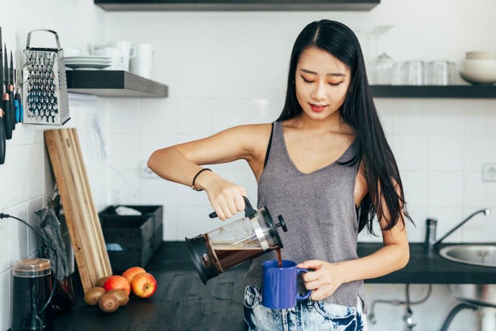 Čerstvá káva je lahodným začátkem dne.
