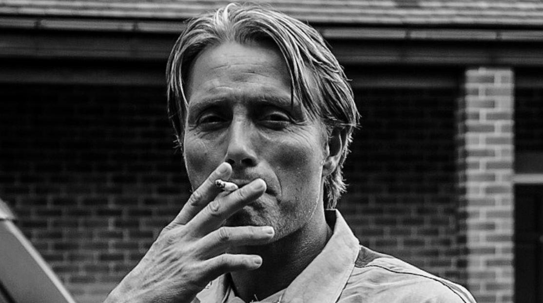 Death Stranding; screenshot: Mikkelsen kouří