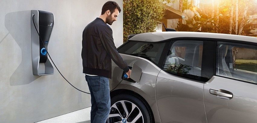 Elektromobil, člověk, dobíjecí stanice