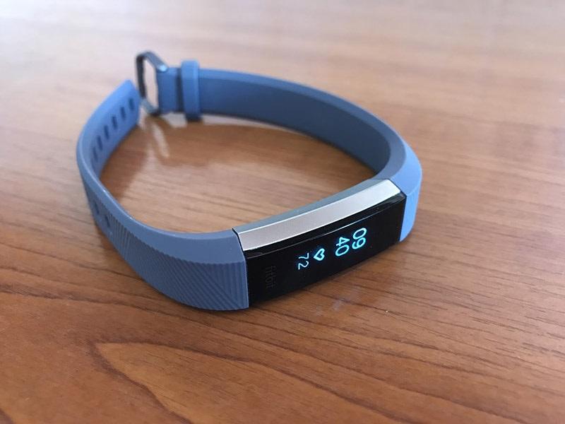 Fitbit Alta HR, design, OLED displej