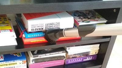 Hubice 3v1 na úklid prachu v knihovně