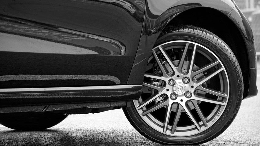 Jak vybrat pneumatiky, černé auto