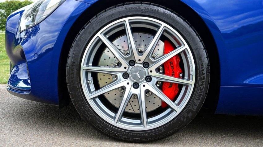 Jak vybrat pneumatiky, modrý mercedes