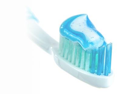Jak si čistit zuby manuálním zubním kartáčkem