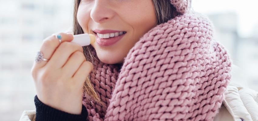 V zimě je třeba rty hydratovat a zároveň chránit před mrazem.