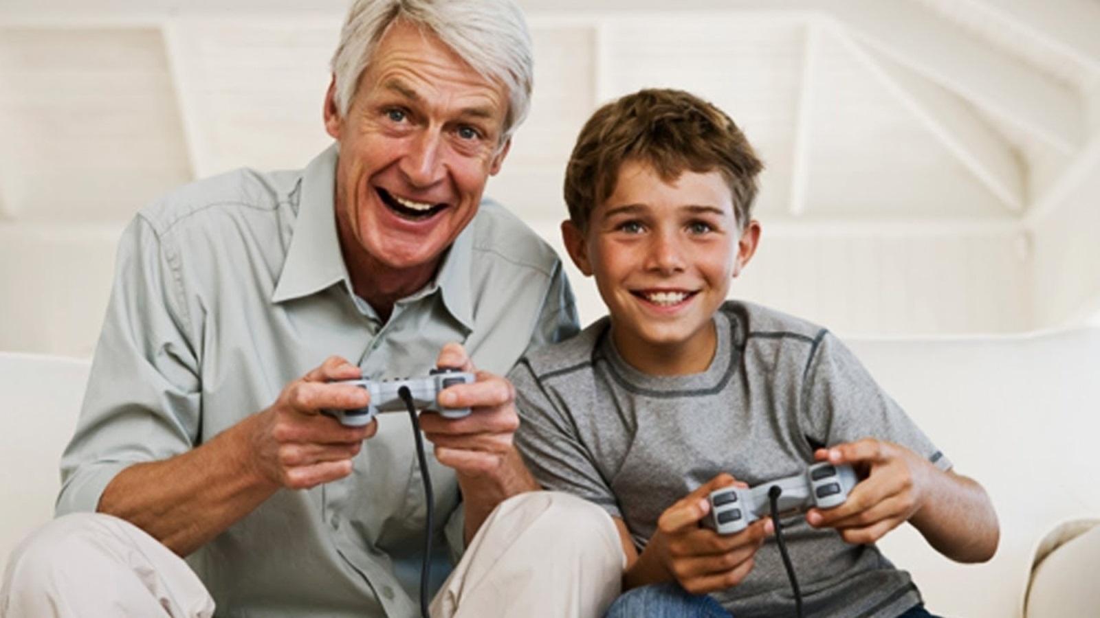 Generační hraní; screenshot: prarodič a vnuk