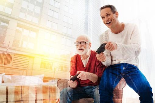 Generační hraní; screenshot: otec a syn