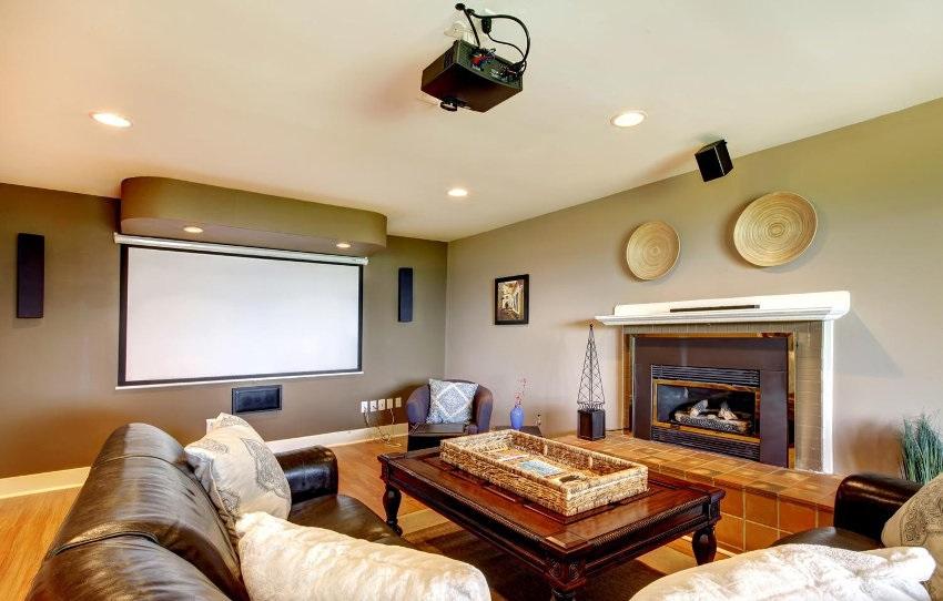 Projektor Epson, plátno, pohovka, stůl