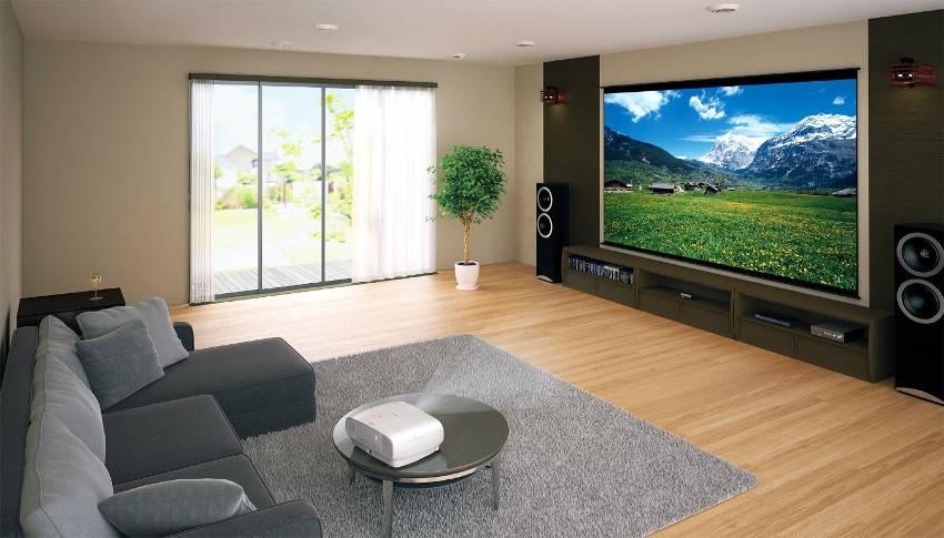 Projektor Epson, pohovka, koberec, reproduktory