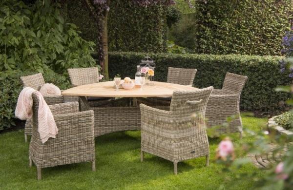 Ratanový nábytek v zahradě