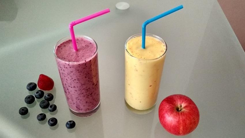 Smoothie borůvka, jahoda, banán, acidofilní mléko a smoothie mango, jablko, banán, jogurt