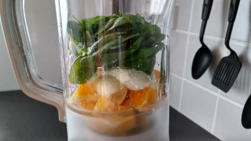 Příprava špenátového smoothie s pomerančem