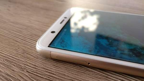 Huawei P smart fotka - detail na slot na SIM karty