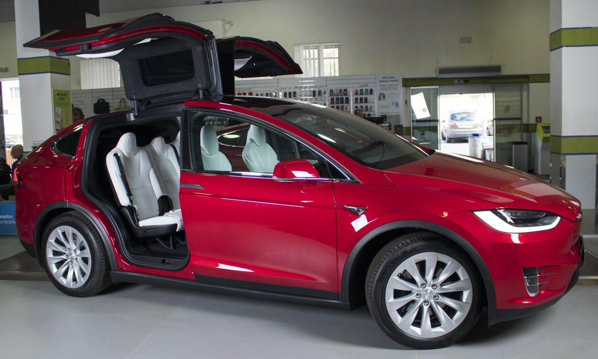 Tesla Model X křídlové dveře