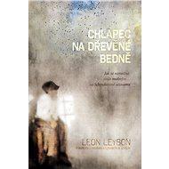 Chlapec na dřevěné bedně - Leon Leyson