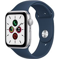 Apple Watch SE 44mm Stříbrný hliník s hlubokomořsky modrým sportovním řemínkem