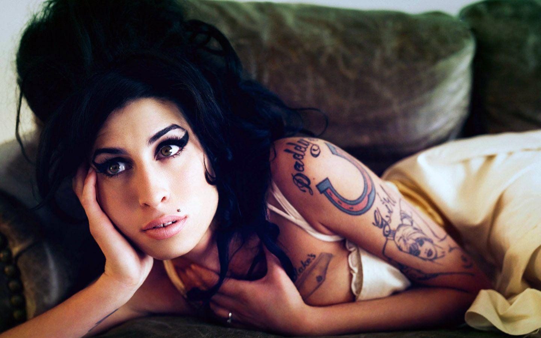 Amy Winehouse: Extravagantní zpěvačka s nezapomenutelným hlasem