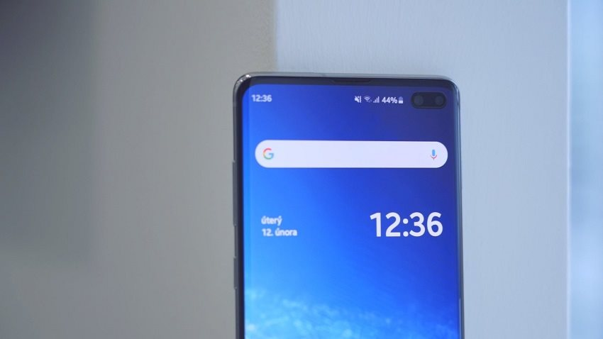 Samsung Galaxy S10+ a přední duální kamera