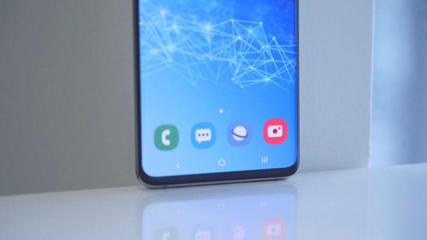 Samsung Galaxy S10+ a spodní část displeje