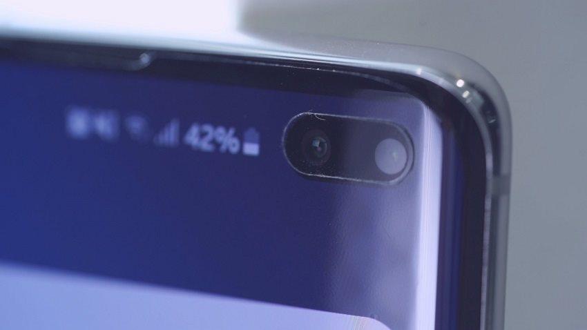 Detail přední kamery Samsung Galaxy S10+