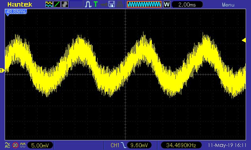 Zvlnění na +12V větvi (5 mV/dílek, 2 ms/dílek); Seasonic SSR-600TL