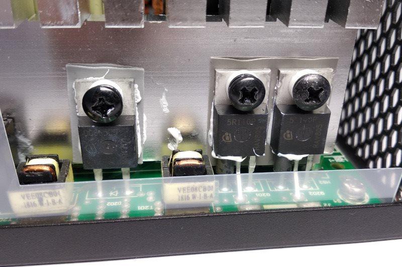 Dioda a MOSFETy na chladiči - konkrétně tyto jsou použity v obvodu korekce účiníku (PFC - Power factor correction); Seasonic SSR-600TL