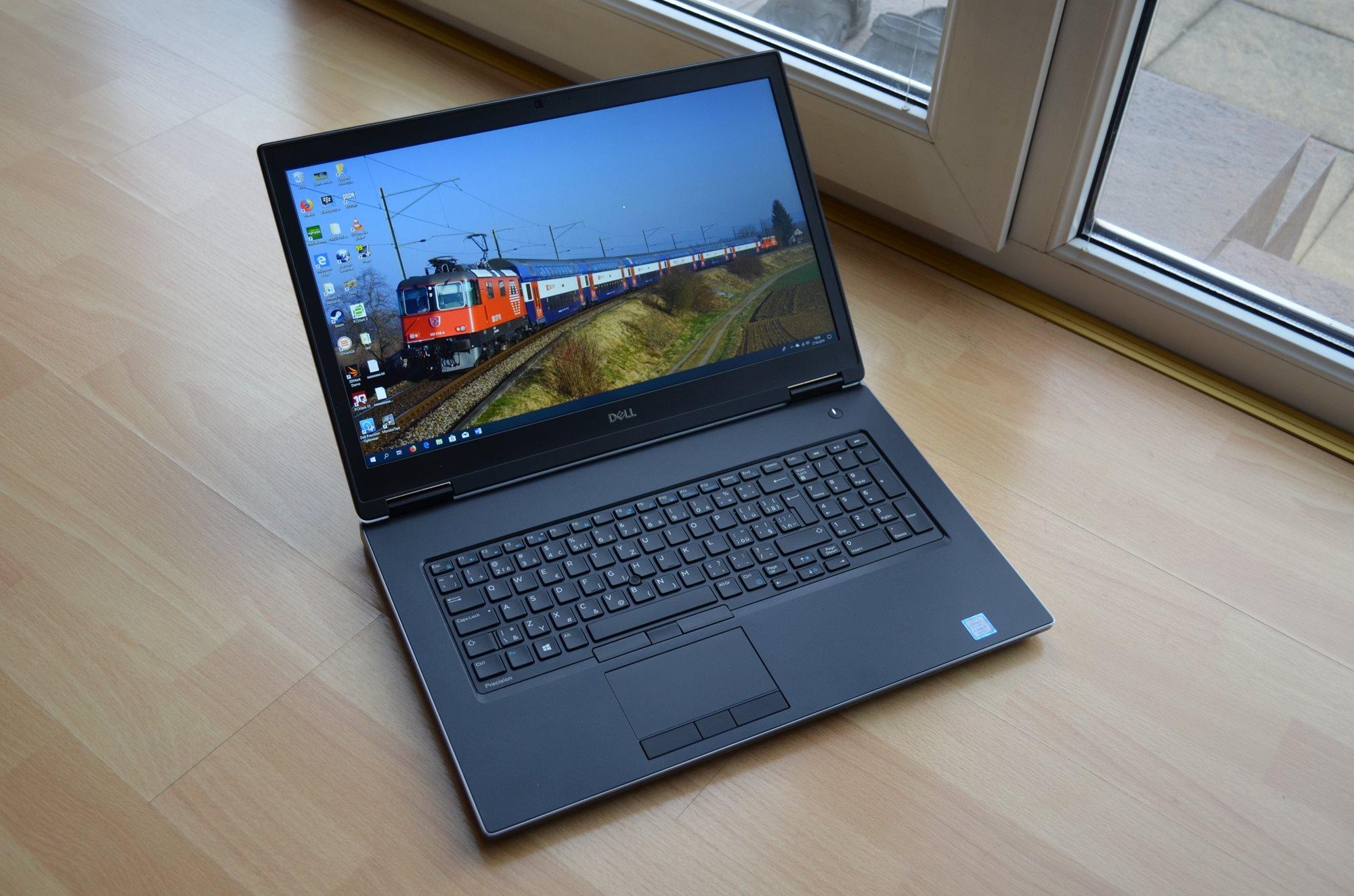Dell Precision 7730 - Pohled zepředu s plným jasem obrazovky.